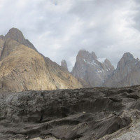 "<span><strong>Unser erster Blick, kleines Zapferl Trango Tower, großer rechts Great Trango und nochmal rechts Kleine Kathedrale</strong> <span class=""small"">© Timo Moser</span></span>"